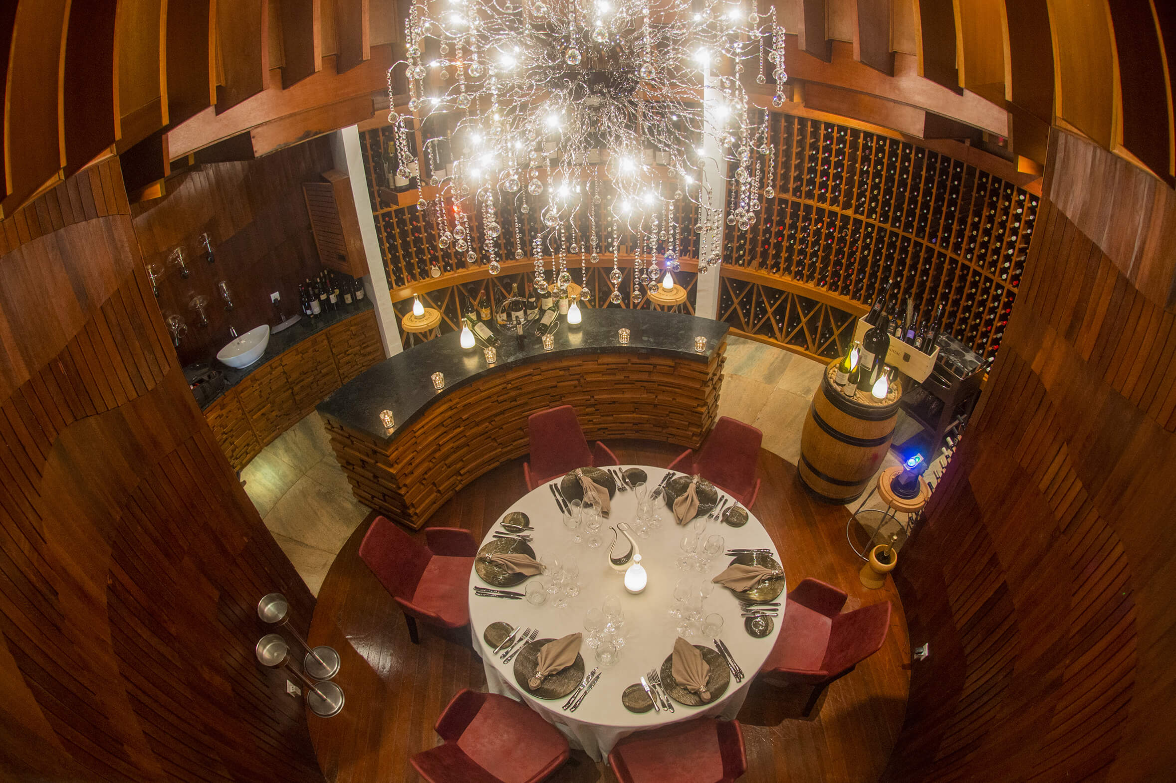 Tailored set-menu, wine pairing and private wine cellar